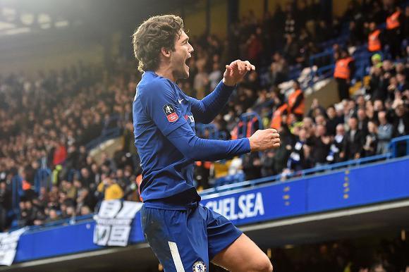 Marcos Alonso festejando el gol de Chelsea. Foto: AFP