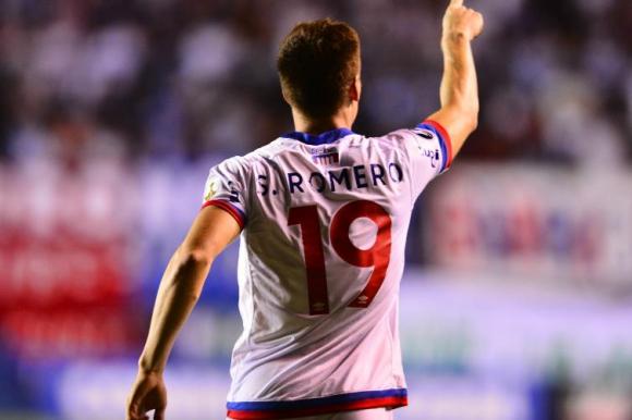 Santiago Romero dedicando su gol a la hinchada de Nacional