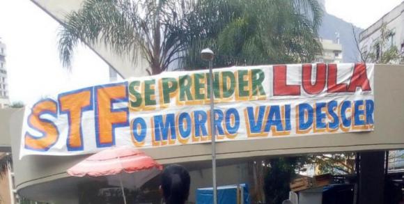 El mensaje a favor de Lula en la entrada de la Rocinha. Foto: Difusión.