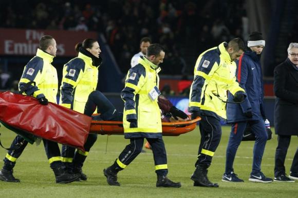 Neymar se retira lesionado. Foto: AFP