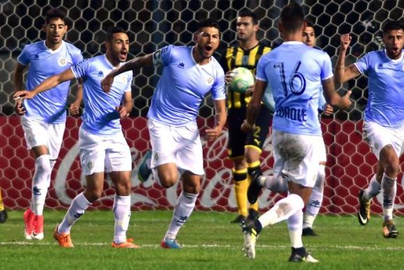 Torque le ganó a Peñarol en el Campeón del Siglo. Foto: Fernando Ponzetto
