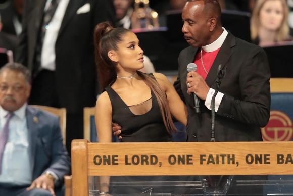 Ariana Grande junto al obispo Charles Ellis III. Foto: AFP