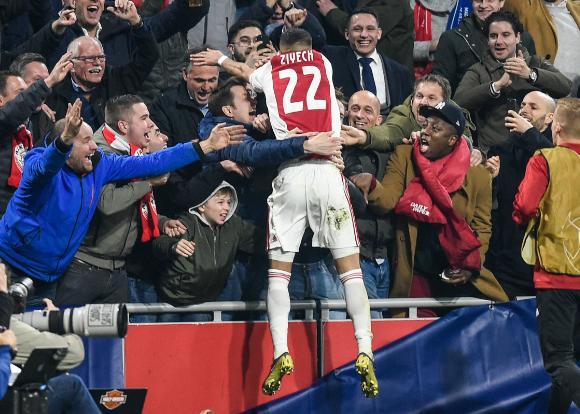 Hakim Ziyech celebra junto a los hinchas del Ajax el gol convertido al Real Madrid. Foto: AFP.