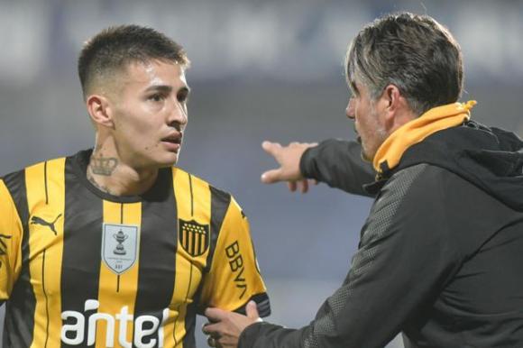 Gabriel Rojas recibe las indicaciones de Diego López en el borde del campo. Foto: Marcelo Bonjour.