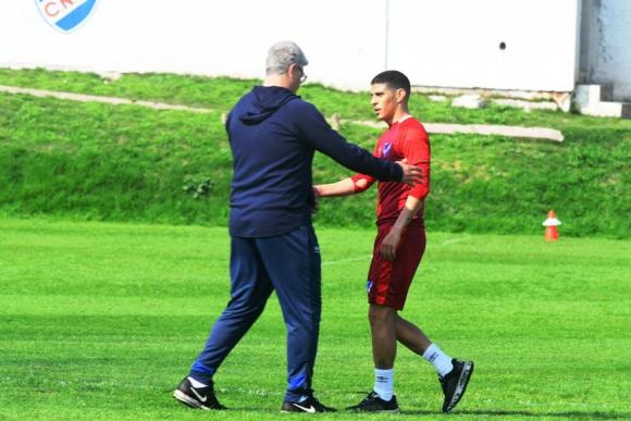Barrientos conversa en el entrenamiento de ayer con el técnico Álvaro Gutiérrez. FOTO: Darwin Borrelli.