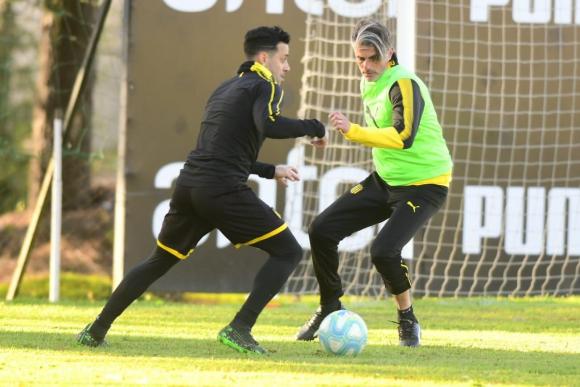 Fabián Estoyanoff intenta escapar de la marca del técnico Diego López. Foto: Marcelo Bonjour.