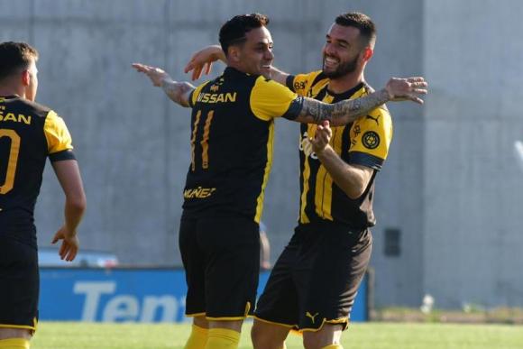 Fabricio Formiliano celebra el tanto que marcó en el duelo entre Juventud y Peñarol. Foto: Gerardo Pérez.