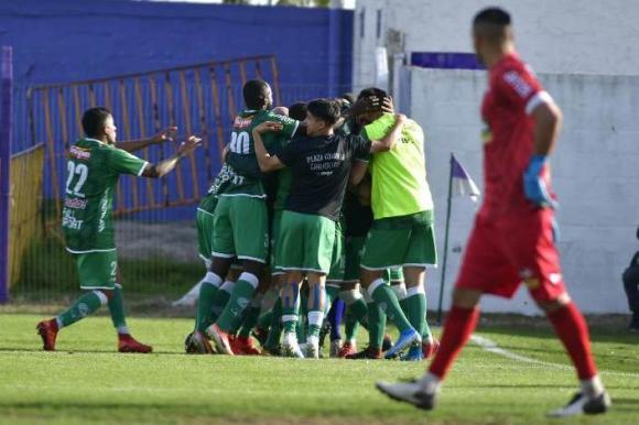 Plaza Colonia venció 2-0 a Fénix en el Capurro, Foto: Fernando Ponzetto.