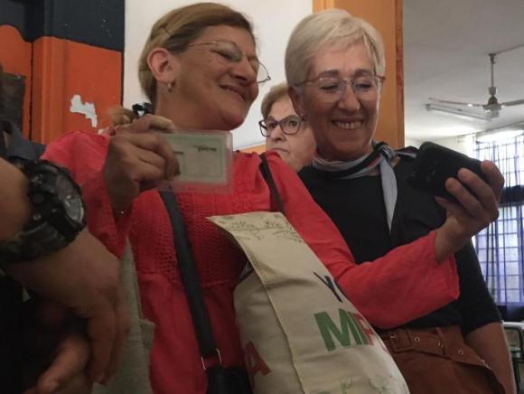 Graciela Villar sacándose fotos en el local de votación. Foto: Rodrigo Guerra