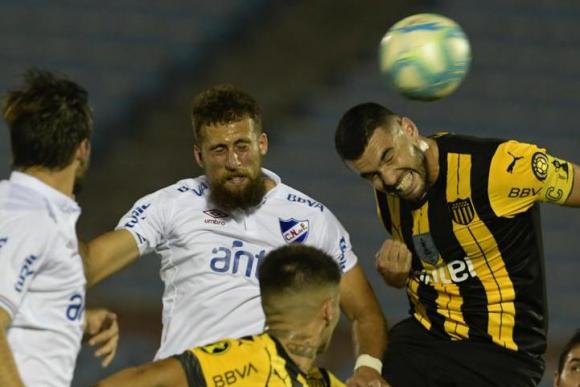 Guzmán Corujo y Fabricio Formiliano en el clásico Peñarol vs. Nacional