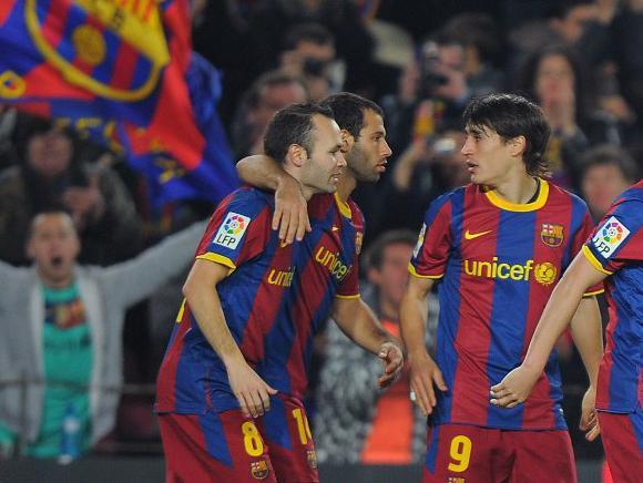 Andrés Iniesta y Javier Mascherano en un partido juntos en el FC Barcelona. Foto: AFP.