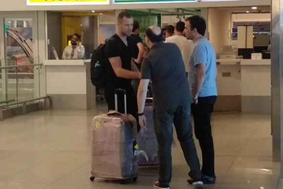 Krisztian Vadocz en el Aeropuerto de Carrasco. Foto: Franco Trucce / @FTrucce18