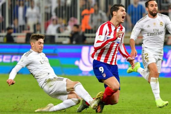 La entrada de Federico Valverde sobre Álvaro Morata. Foto: AFP