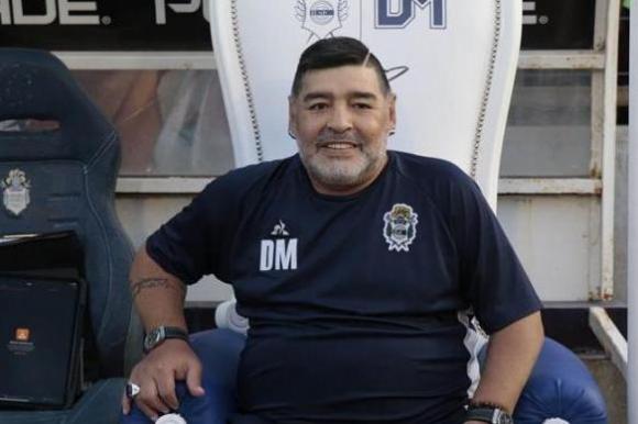 Diego Maradona en el trono que le puso Gimnasia. Foto: EFE