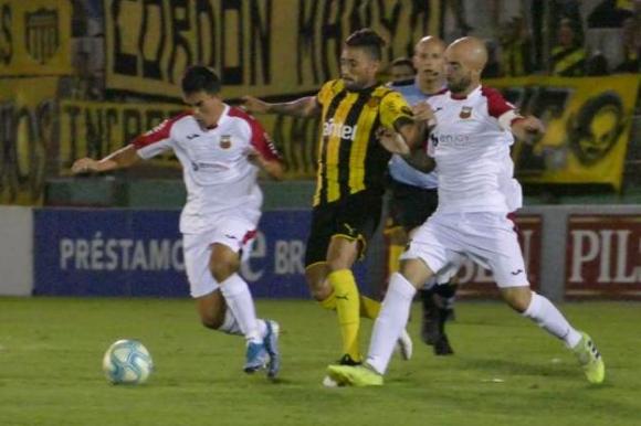 Jonathan Urretaviscaya en el duelo entre Peñarol y Deportivo Maldonado. Foto: Ricardo Figueredo.