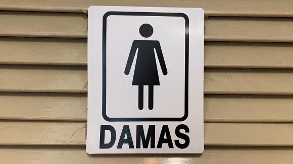 """Un baño de """"damas"""" con vestido"""
