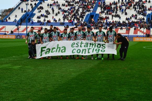 """El apoyo de sus compañeros de Racing cuando el """"Facha"""" Ferreira se lesionó. Foto: Gerardo Pérez."""