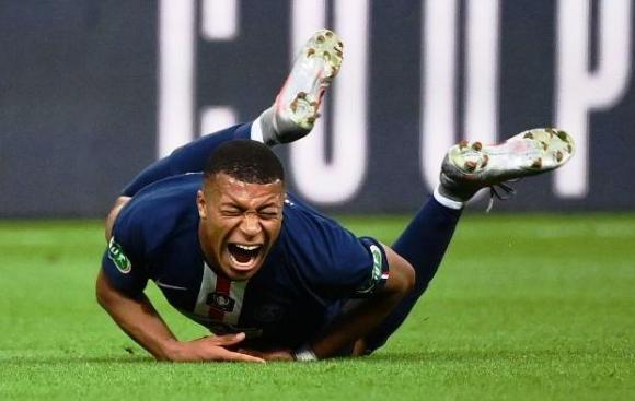Mbappe grita por la falta que le cometieron. FOTO: AFP.