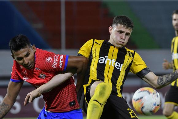 Giovanni González en el duelo entre Peñarol y Jorge Wilstermann. Foto: AFP.