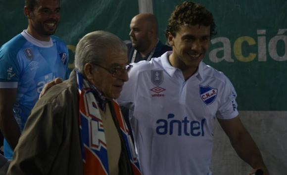 Los jugadores de Nacional salieron al campo con abuelos. Foto: Ariel Colmegna - El País