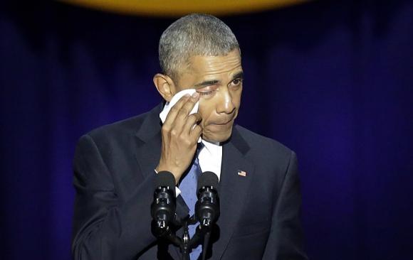 Barack Obama se emociona al homenajear a su familia. Foto: AFP