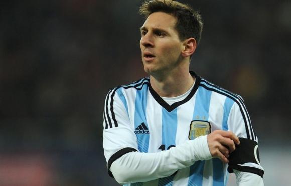 Perdonado. Lionel Messi recibió el levantamiento de la pena gracias a la FIFA y volverá a jugar frente a Uruguay.