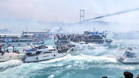 Fantástica celebración del Besiktas en las aguas del Bósforo. Foto: Captura