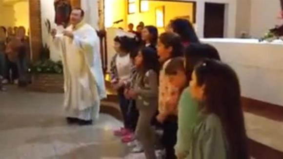 El cura bailó y cantó su versión de la canción. Foto: captura de Youtube