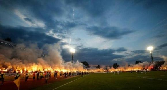 Impresionante celebración de los fanáticos del Partizán de Belgrado. Foto: The Sun