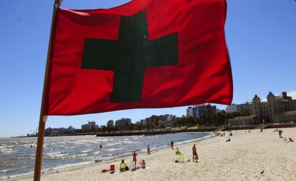 La bandera sanitaria fue prácticamente desplegada en todas las playas de Montevideo. Foto: F. Ponzetto