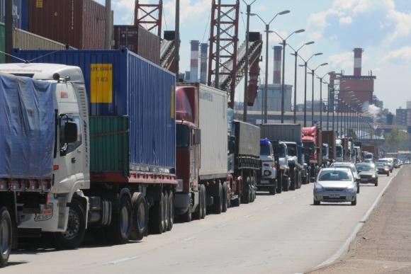 Transportistas. Los propietarios de camiones amenazan con iniciar un paro por arroceros. Foto: Ariel Colmegna.
