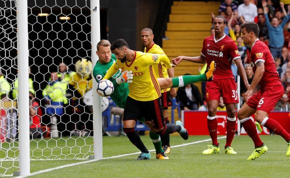 En la línea. Ahí definió Miguel Britos para el 3 a 3 final ante Liverpool. Foto: Reuters