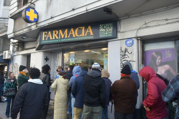 Cola de gente esperando para comprar marihuana en Montevideo. Foto: Ariel Colmegna