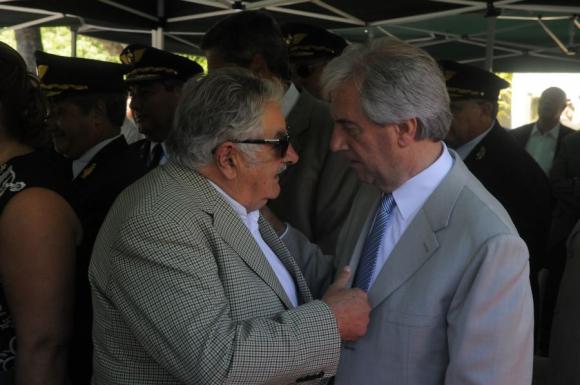 Vázquez y Mujica estuvieron juntos en una de las ceremonias. Foto: A. Colmegna