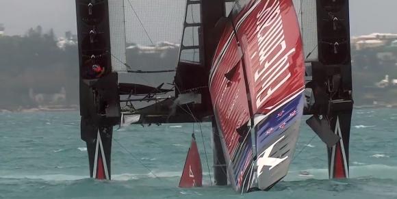 Los competidores de cabeza y gran parte dentro del agua. Foto: Captura