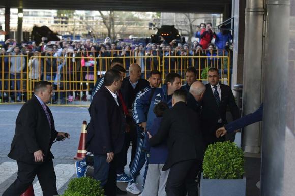 Un guardia de seguridad lo agarra y Messi lo mira. Foto: Fernando Ponzetto