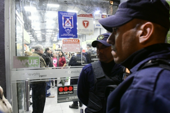 Momentos de tensión se vivieron en una concurrida esquina de Montevideo. Foto: Marcelo Bonjour