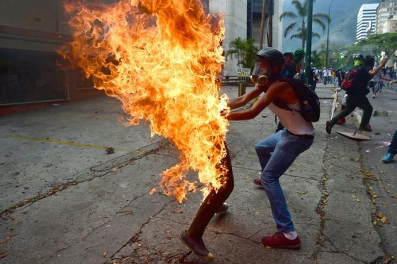 Pese a las 32 muertes, Maduro sigue inflexible con su plan para mantener el poder. Foto: AFP