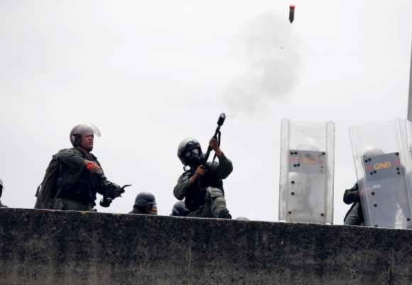 Manifestantes se enfrentan a la Guardia Nacional durante protestas en Venezuela. Foto: Reuters