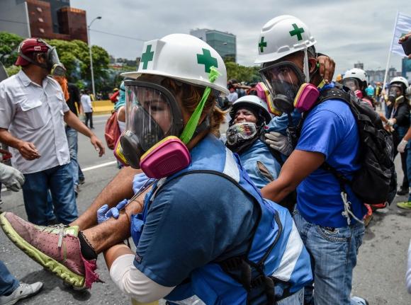 Manifestantes se enfrentan a la Guardia Nacional durante protestas en Venezuela. Foto: AFP