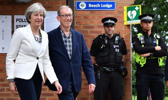 La primera ministra May a la salida del local donde votó ayer. Foto: AFP