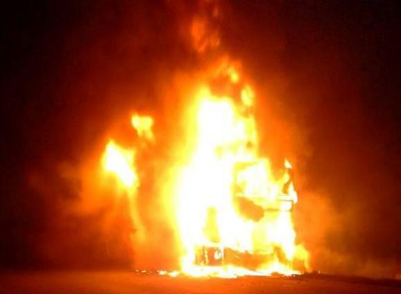 El fuego comenzó en el motor y rápidamente tomó todo el vehículo. Foto: Facebook @RadioCarmelo1460AM
