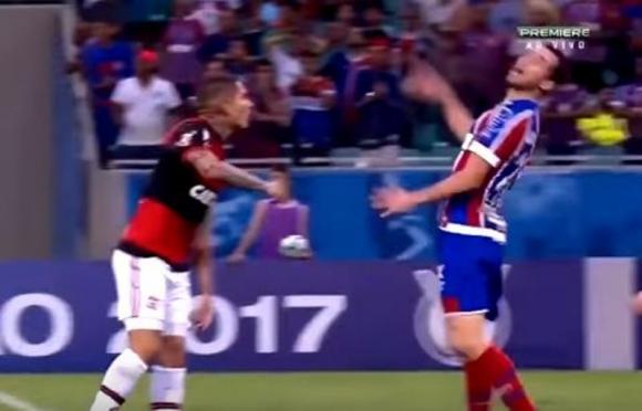 Paolo Guerrero no lo toca, pero Lucas Fonseca se tiró como si hubiese recibido una trompada. Foto: Captura