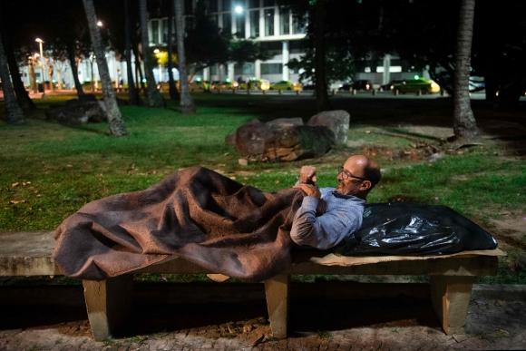 Vilmar Mendonca, quién fue gerente de RR.HH.  en empresa de Río ahora vive en las calles. Foto: AFP