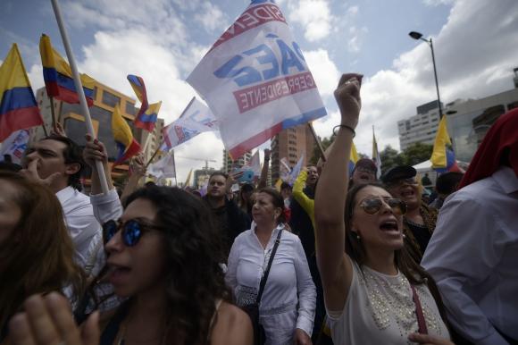 Simpatizantes del opositor Lasso ayer frente al Consejo Electoral. Foto: AFP