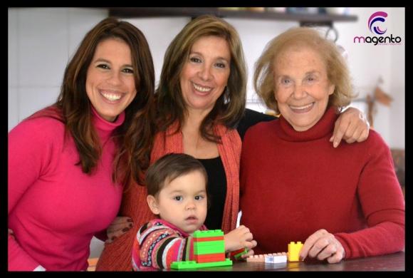 Cuatro generaciones: con su abuela Aída, su mamá Mariella y su hija Indira.