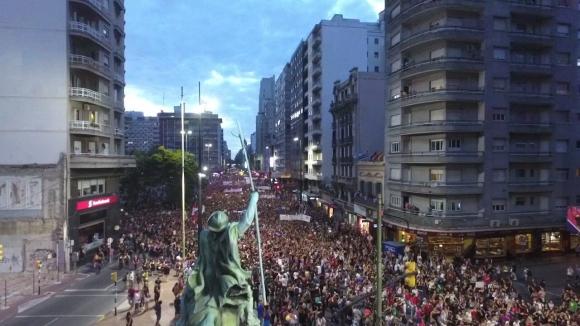 Masiva marcha por 18 en el Día de la Mujer. Foto: Twitter @MI_UNICOM