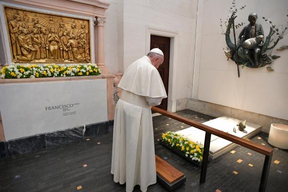 El Papa visitó la tumba de dos de los pastorcitos. Foto: AFP
