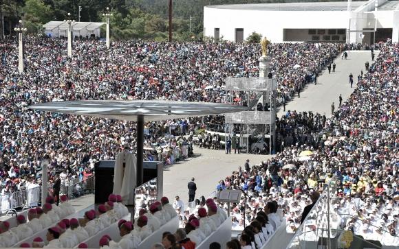 Papa Francisco en misa en Fátima. Foto: AFP