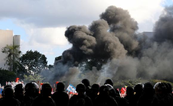 Incidentes durante las protestas contra Temer. Foto: Reuters.
